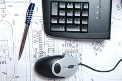 Ratón, teclado y pluma foto de archivo
