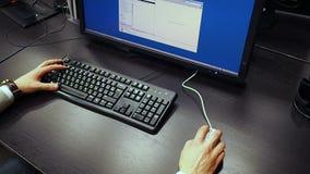 Ratón 37 Vista a la mano de la documentación de la ojeada y de la búsqueda de un ingeniero en el monitor LCD metrajes