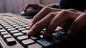 Ratón y kayboard del ordenador del uso del hombre