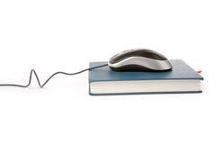 Ratón y libro del ordenador Imagenes de archivo