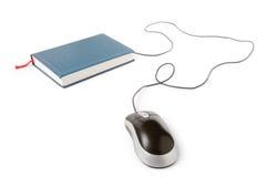 Ratón y libro del ordenador Fotografía de archivo