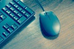 Ratón y teclado del ordenador en la mesa Fotografía de archivo