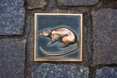 Rata del metal - símbolo de la ciudad Hameln en Alemania fotografía de archivo