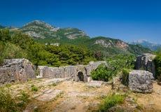 Ratac fördärvar den medeltida fästningen i Montenegro Arkivfoton