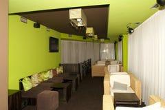 Ratan-Sitze in einem caffe Stockfoto