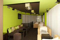 Ratanzetels in een caffe Stock Foto