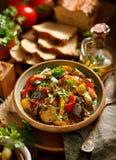 Ratatouille,素食炖煮的食物由夏南瓜、茄子、胡椒、葱、大蒜和蕃茄制成与芳香草本的加法, 免版税库存照片