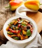 Ratatouille,菜炖煮的食物由夏南瓜、茄子、胡椒、葱、大蒜和蕃茄制成用芳香草本 库存照片