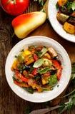 Ratatouille,菜炖煮的食物由夏南瓜、茄子、胡椒、葱、大蒜和蕃茄制成用芳香草本 免版税图库摄影