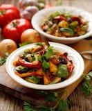 Ratatouille,菜炖煮的食物由夏南瓜、茄子、胡椒、葱、大蒜和蕃茄制成用芳香草本 免版税库存图片