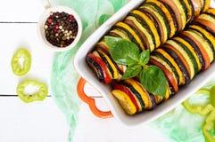 Ratatouille -夏南瓜,蕃茄,茄子切片菜盘以陶瓷形式 免版税图库摄影