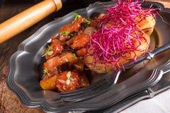 Ratatouille avec les pousses cuites au four de pomme de terre et de betteraves Images stock