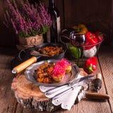 Ratatouille avec les pousses cuites au four de pomme de terre et de betteraves Photographie stock libre de droits