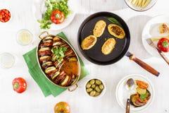 Ratatouille, costoletas dos grãos-de-bico, limonada e vários petiscos Dif Imagem de Stock