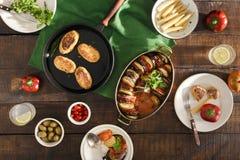 Ratatouille, costoletas dos grãos-de-bico, limonada, vários petiscos Vegeta Foto de Stock