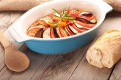 Ratatouille dans un plat, cocotte en terre Photographie stock