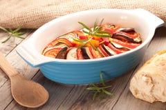 Ratatouille dans un plat, cocotte en terre Photographie stock libre de droits