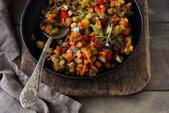 Ratatouille gemacht von den Auberginen, vom Kürbis, von den Tomaten und von den Zwiebeln stockbilder