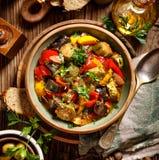 Ratatouille, guisado vegetariano hecho de calabacín, berenjenas, pimientas, cebollas, ajo y tomates con la adición de hierbas aro imágenes de archivo libres de regalías
