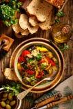 Ratatouille, Jarski gulasz robić zucchini, oberżyny, pieprze, cebule, czosnek i pomidory z dodatkiem aromatyczni ziele, zdjęcia stock