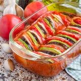 Ratatouille vegetal caseiro no prato de vidro, cozinhado no forno, quadrado imagem de stock