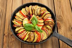 Ratatouille vegetariana saporita fatta delle melanzane, zucca, pomodori Fotografia Stock