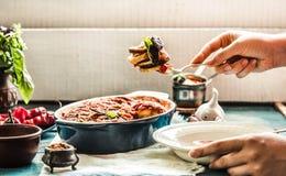 Ratatouille w crockery na błękitnym nieociosanym tle, słuzyć a. M. Zdjęcia Stock