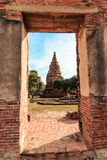 Ratburana寺庙墙壁的门,看Borommarachathirat国王古老塔II在距离 免版税库存图片