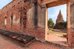 Ratburana寺庙墙壁的门,看Borommarachathirat国王古老塔II在距离 库存照片