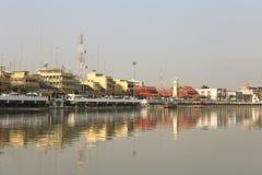 Ratchaburi市风景反对Mae Klong河的泰国3月2017年, 免版税图库摄影