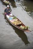 RATCHABURI泰国- 10月3 :木小船用果子装载 免版税库存照片