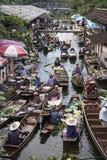 RATCHABURI泰国- 10月3 :木小船用果子装载 免版税图库摄影