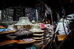 Ratchaburi,泰国- 2014年7月26日:卖帽子在哀伤的Damoen 库存图片