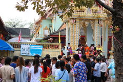 Ratchaburi,泰国- 2017年4月14日:泰国Buddism给了食物奉献物到一个和尚` s碗在Songkran节日的寺庙 库存照片