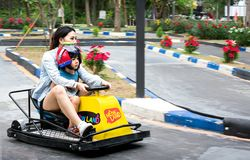 RATCHABURI,泰国- 12月29 :亚洲人母亲赛跑推车 免版税图库摄影
