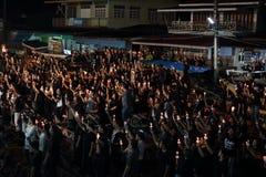 Ratchaburi,泰国- 10月29,2016 :唱专题歌的泰国人和举在小船的蜡烛为陛下国王祈祷 免版税库存图片
