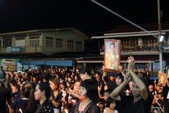 Ratchaburi,泰国- 10月29,2016 :唱专题歌的泰国人和举在小船的蜡烛为陛下国王祈祷 库存图片