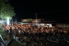 Ratchaburi,泰国- 10月29,2016 :唱专题歌的泰国人和举在小船的蜡烛为陛下国王祈祷 库存照片
