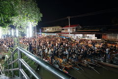 Ratchaburi,泰国- 10月29,2016 :被弄脏的焦点泰国人等待唱专题歌并且举在小船的蜡烛祈祷 免版税库存图片