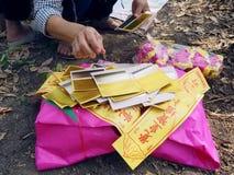 Ratchaburi, Таиланд - 05,2018 -го апрель: Деталь китайской бумаги амулета золота также горится в азиатской похоронной пользе для  Стоковые Фотографии RF