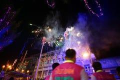 Ratchaburi, Таиланд: 17-ое января 2018 - китайское торжество Нового Года традиционным представлением льва с фейерверками на стоковое изображение