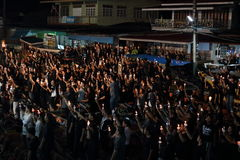 Ratchaburi, Таиланд - 29,2016 -го октябрь: Тайские люди поя гимно и держат свечи на шлюпке молят для короля Его Величество стоковые изображения rf