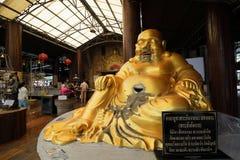 Ratchaburi, Tailândia - 10 de março de 2018: Estátua dourada de sorriso de buddha no templo de Nong Hoi foto de stock royalty free
