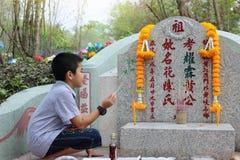 Ratchaburi, Tailandia - 4 de abril de 2017: Comida y papel de ofrecimiento de rogación y sacrificatorios del ídolo chino a los an Foto de archivo