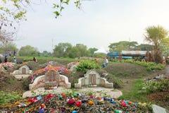 Ratchaburi, Tailandia - 4 de abril de 2017: Día arrebatador de la tumba en el festival de Qingming en el cementerio del cementeri Fotografía de archivo