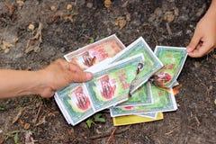 Ratchaburi, Tailandia - 4 de abril de 2017: Quema del dinero falso hecha de los materiales de papel durante el festival ming de Q Foto de archivo