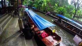RATCHABURI, TAILANDIA 13 de noviembre de 2017: Mercado flotante Tiendas para los turistas en el canal almacen de metraje de vídeo