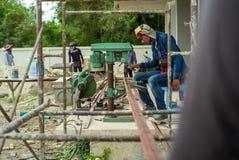 Ratchaburi, Tajlandia: Czerwiec 20, 2019-The pracownicy używa elektryczną wiertniczą maszynę dla robić dziury w kąta stalowym pro zdjęcia stock
