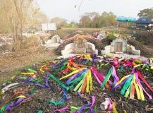 Ratchaburi Tajlandia, Kwiecień, - 05,2018: Chiński cmentarz z kolorową papierową dekoracją przy Grobowcowym ogólnym dniem lub Qin Obraz Royalty Free