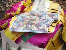 Ratchaburi Tajlandia, Kwiecień, - 05,2018: Chiński złocisty joss papier także pali w Azjatyckim żałobnym use dla palić antenat w  Obraz Royalty Free